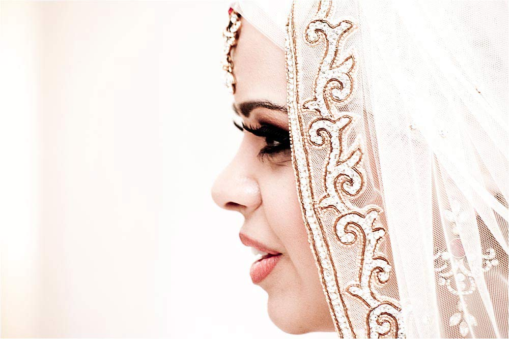 Side view of the bride showing details of her veil
